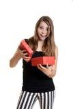 Muchacha adolescente emocionada con el regalo de Navidad Imagenes de archivo