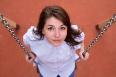 Muchacha adolescente emocionada feliz en un oscilación de cadena, parque del verano al aire libre Fotografía de archivo libre de regalías