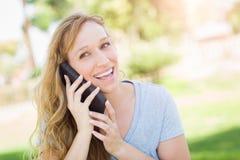 Muchacha adolescente emocionada que habla en su teléfono elegante Foto de archivo libre de regalías