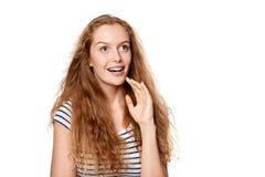 Muchacha adolescente emocionada que mira al lado en el asombro Fotografía de archivo
