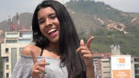 Muchacha adolescente emocionada que sonríe y que señala Fotografía de archivo libre de regalías
