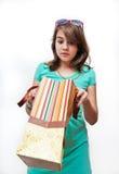 Muchacha adolescente emocionada y preguntada con los bolsos del regalo Imagen de archivo libre de regalías