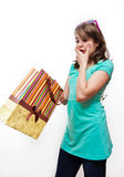 Muchacha adolescente emocionada y preguntada con los bolsos del regalo Imagen de archivo