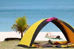 Muchacha adolescente en bikini que acampa, tienda en la playa del coco Fotos de archivo