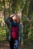 Muchacha adolescente en bosque del otoño Fotografía de archivo