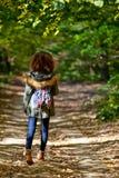 Muchacha adolescente en bosque del otoño Fotos de archivo libres de regalías