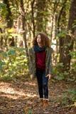 Muchacha adolescente en bosque del otoño Imagen de archivo libre de regalías