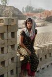 Muchacha adolescente en brick-field Fotos de archivo