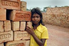 Muchacha adolescente en brick-field Fotografía de archivo