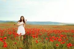 Muchacha adolescente en campo de la amapola Fotografía de archivo libre de regalías