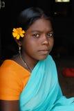 Muchacha adolescente en comunidad tribal Fotos de archivo