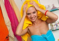 Muchacha adolescente en cuarto de baño Fotografía de archivo libre de regalías