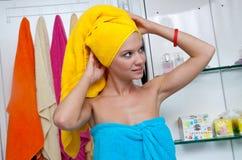 Muchacha adolescente en cuarto de baño Fotos de archivo