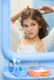 Muchacha adolescente en cuarto de baño Foto de archivo
