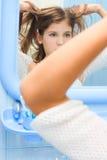 Muchacha adolescente en cuarto de baño Imagen de archivo