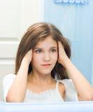Muchacha adolescente en cuarto de baño Imágenes de archivo libres de regalías