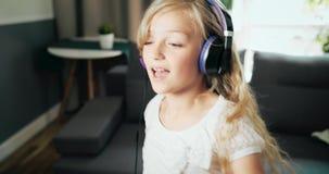 Muchacha adolescente en el baile de los auriculares almacen de metraje de vídeo