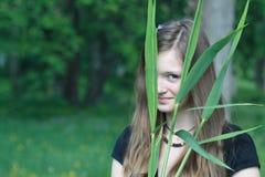 Muchacha adolescente en el bosque Imagenes de archivo