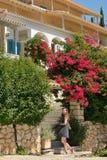 Muchacha adolescente en el callejón en Lefkada Foto de archivo