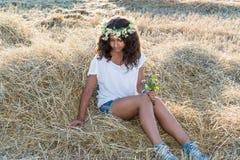 Muchacha adolescente en el campo Imagenes de archivo