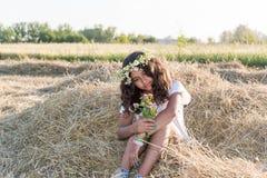 Muchacha adolescente en el campo Fotos de archivo
