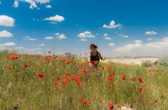 Muchacha adolescente en el campo de la amapola al aire libre Foto de archivo libre de regalías