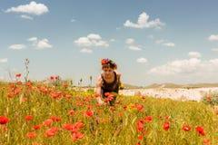 Muchacha adolescente en el campo de la amapola al aire libre Imagenes de archivo