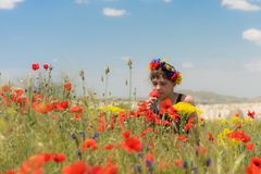 Muchacha adolescente en el campo de la amapola al aire libre Imágenes de archivo libres de regalías