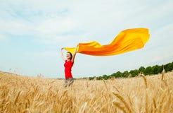 Muchacha adolescente en el campo de trigo Fotos de archivo libres de regalías
