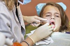 Muchacha adolescente en el dentista Imagen de archivo