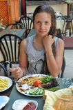 Muchacha adolescente en el desayuno i Imagen de archivo