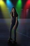 Muchacha adolescente en el disco de la pista de patinaje sobre ruedas Fotos de archivo libres de regalías