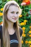 Muchacha adolescente en el fondo de flores Imagen de archivo