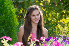 Muchacha adolescente en el fondo de flores Imágenes de archivo libres de regalías
