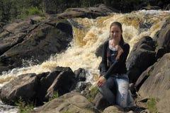 Muchacha adolescente en el fondo de una cascada Imagen de archivo