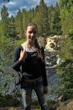 Muchacha adolescente en el fondo de una cascada Imágenes de archivo libres de regalías