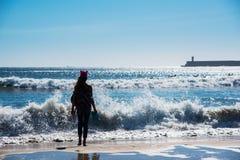 Muchacha-adolescente en el fondo del océano Océano Atlántico Oporto, Portugal Imágenes de archivo libres de regalías