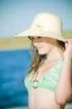Muchacha adolescente en el lago con el sunhat Imágenes de archivo libres de regalías
