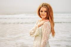 Muchacha adolescente en el océano Foto de archivo libre de regalías