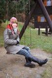 Muchacha adolescente en el oscilación Fotos de archivo