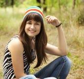 Muchacha adolescente en el parque. Foto de archivo
