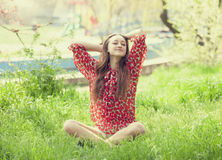 Muchacha adolescente en el parque. Imagenes de archivo