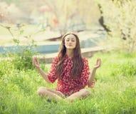 Muchacha adolescente en el parque. Foto de archivo libre de regalías