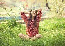 Muchacha adolescente en el parque. Fotos de archivo libres de regalías