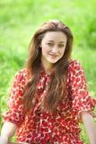 Muchacha adolescente en el parque. Imágenes de archivo libres de regalías