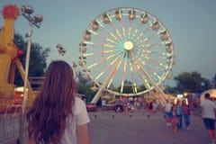 Muchacha adolescente en el parque de diversión Imagen de archivo libre de regalías