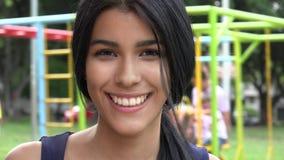 Muchacha adolescente en el patio Foto de archivo