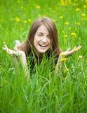 Muchacha adolescente en el prado Foto de archivo