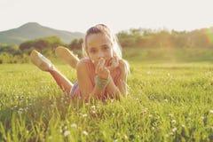 Muchacha adolescente en el prado soleado Fotos de archivo