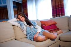 Muchacha adolescente en el sofá Imagenes de archivo